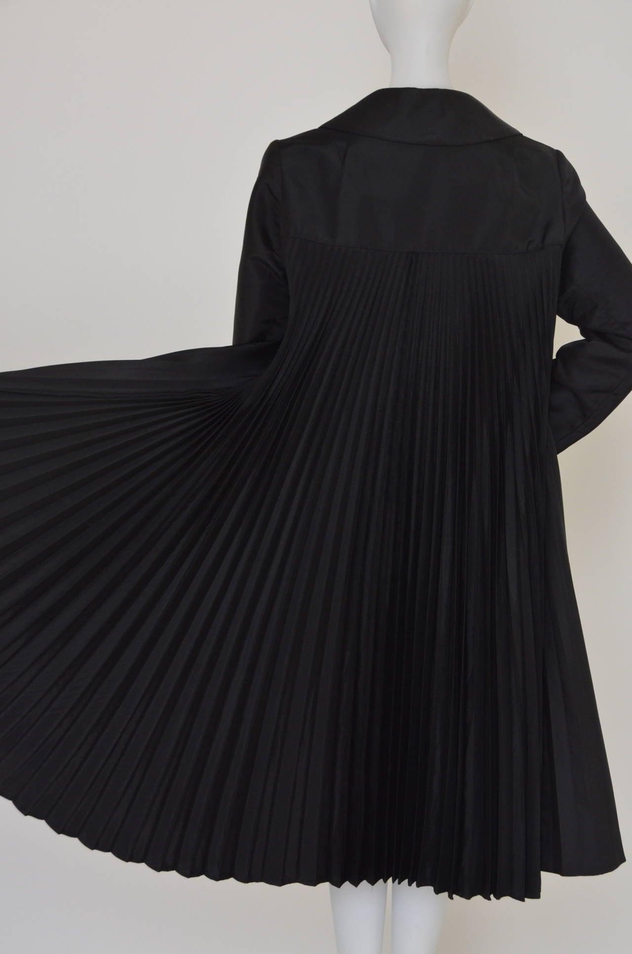 Oscar De La Renta Black  Pleated Swing Coat      1960's In Good Condition For Sale In Hollywood, FL