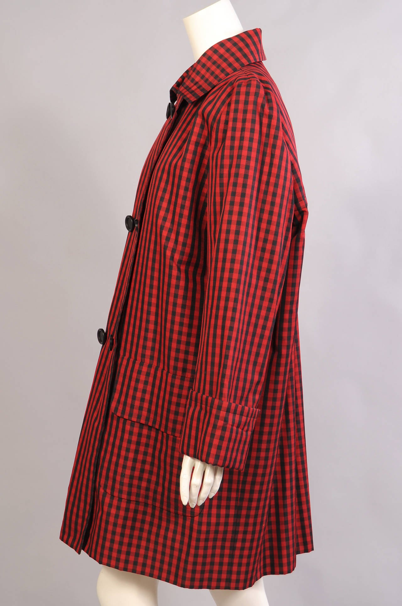 Givenchy Haute Couture Red and Black Silk Coat In Excellent Condition For Sale In New Hope, PA