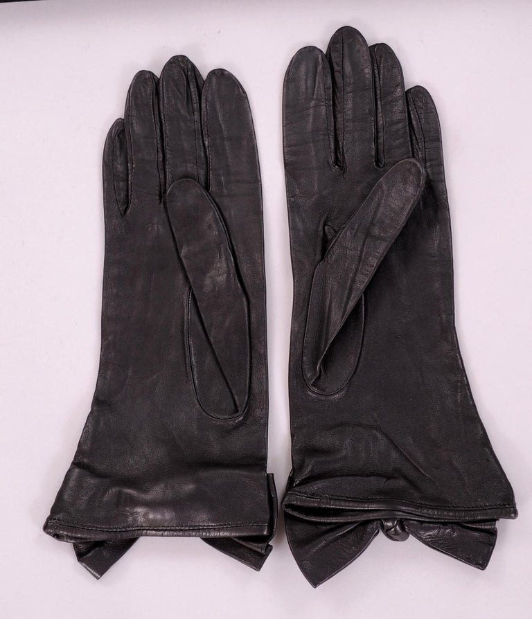 Carlos Falchi Black Leather Gloves with Bow Decoration Never Worn In New Condition For Sale In New Hope, PA