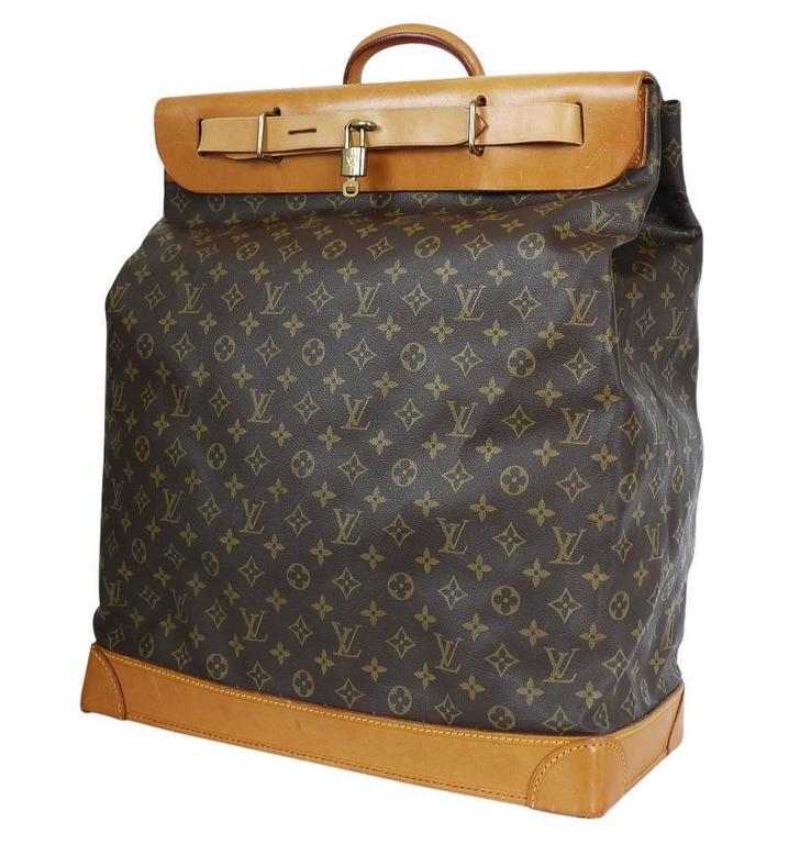 Louis Vuitton Monogram Steamer 45 Travel Bag in excellent vintage condition. This travel bag in Monogram canvas offers a large storage space. Its base features protective feet and a leather strap makes its closure more secure. 