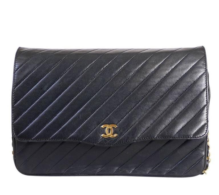 5283dfc694b7f0 Vintage Chanel 3way Classic flap bag. This bag can be carried as clutch bag,
