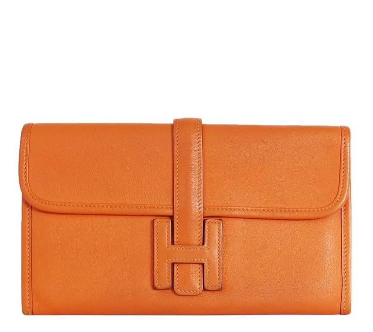 Hermes Jige Duo clutch bag in excellent used condition. Comes with zippy purse. Original retail about $4000 at Hermes store. A perfect choice for both day and evening, the Jige duo in supple swift leather is given a precious and feminine touch by H