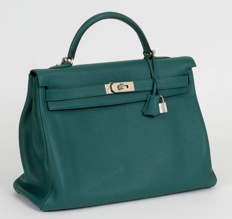Hermès Kelly bag in Malachite Togo leather and palladium hardware. 40cm. Partial plastic on plates. Detachable strap in two-tone Malachite and turquoise included. Handle drop, 4.