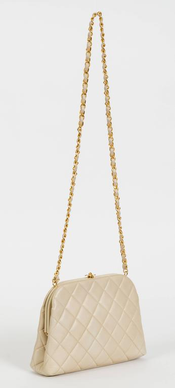 Chanel beige quilted shoulder bag with kiss-lock logo clasp. Shoulder drop, 19