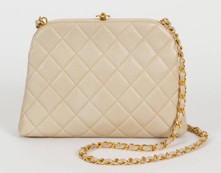 Chanel 1990's Beige Lambskin Quilted Kiss Lock Bag In Good Condition For Sale In Los Angeles, CA