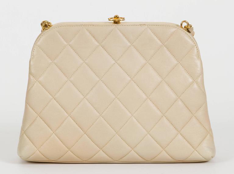 Chanel 1990's Beige Lambskin Quilted Kiss Lock Bag For Sale 1