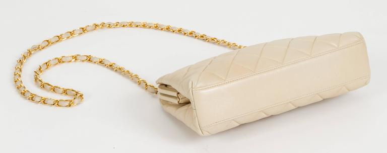 Chanel 1990's Beige Lambskin Quilted Kiss Lock Bag For Sale 2