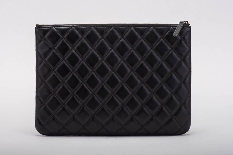 New Chanel Black and White Camellia Clutch Bag In New Condition For Sale In Los Angeles, CA