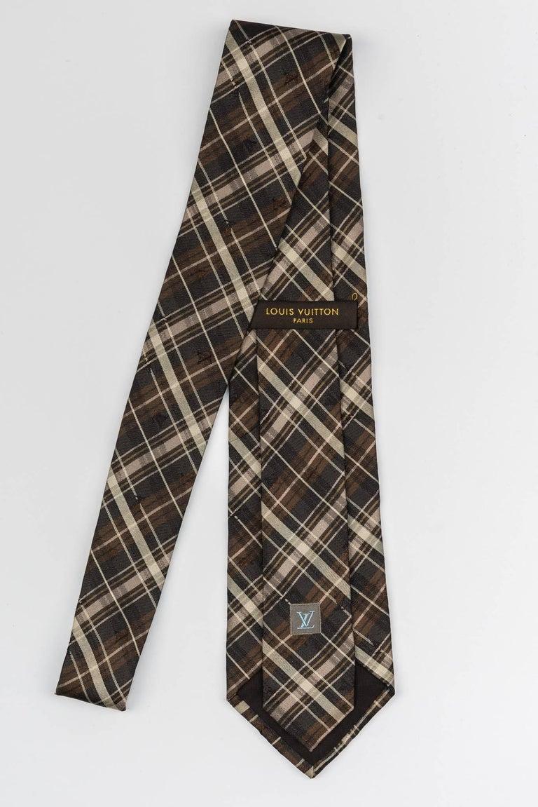 New Louis Vuitton silk brown plaid tie in original packaging. Excellent unworn condition.