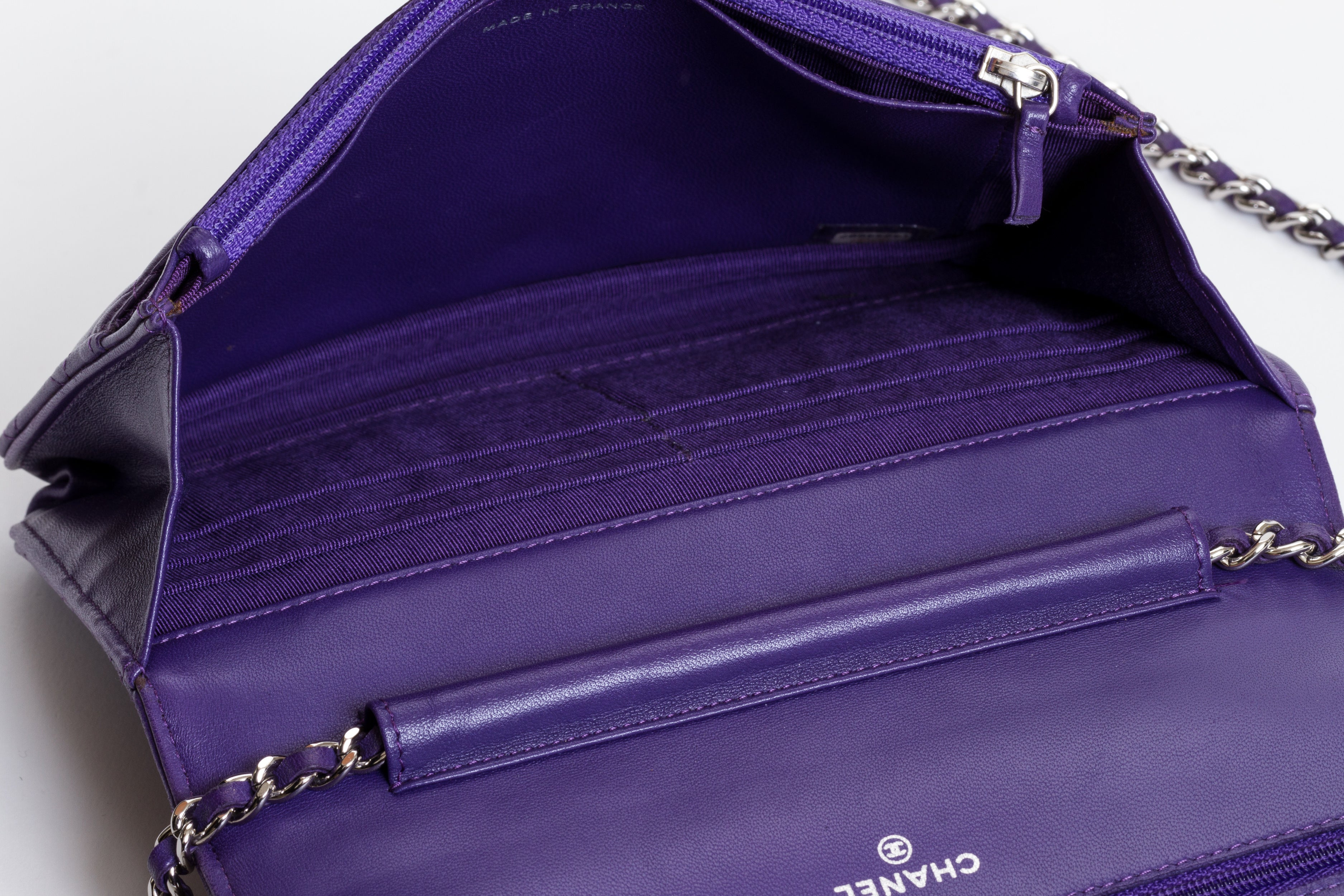 cda9d513acffa Chanel Neuauflage Lila Handtasche an einer Kette bei 1stdibs