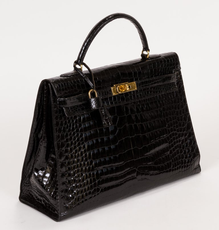 Hermès signature Kelly bag, 35 cm, in black shiny crocodile leather and gold-plated hardware. Blind stamped