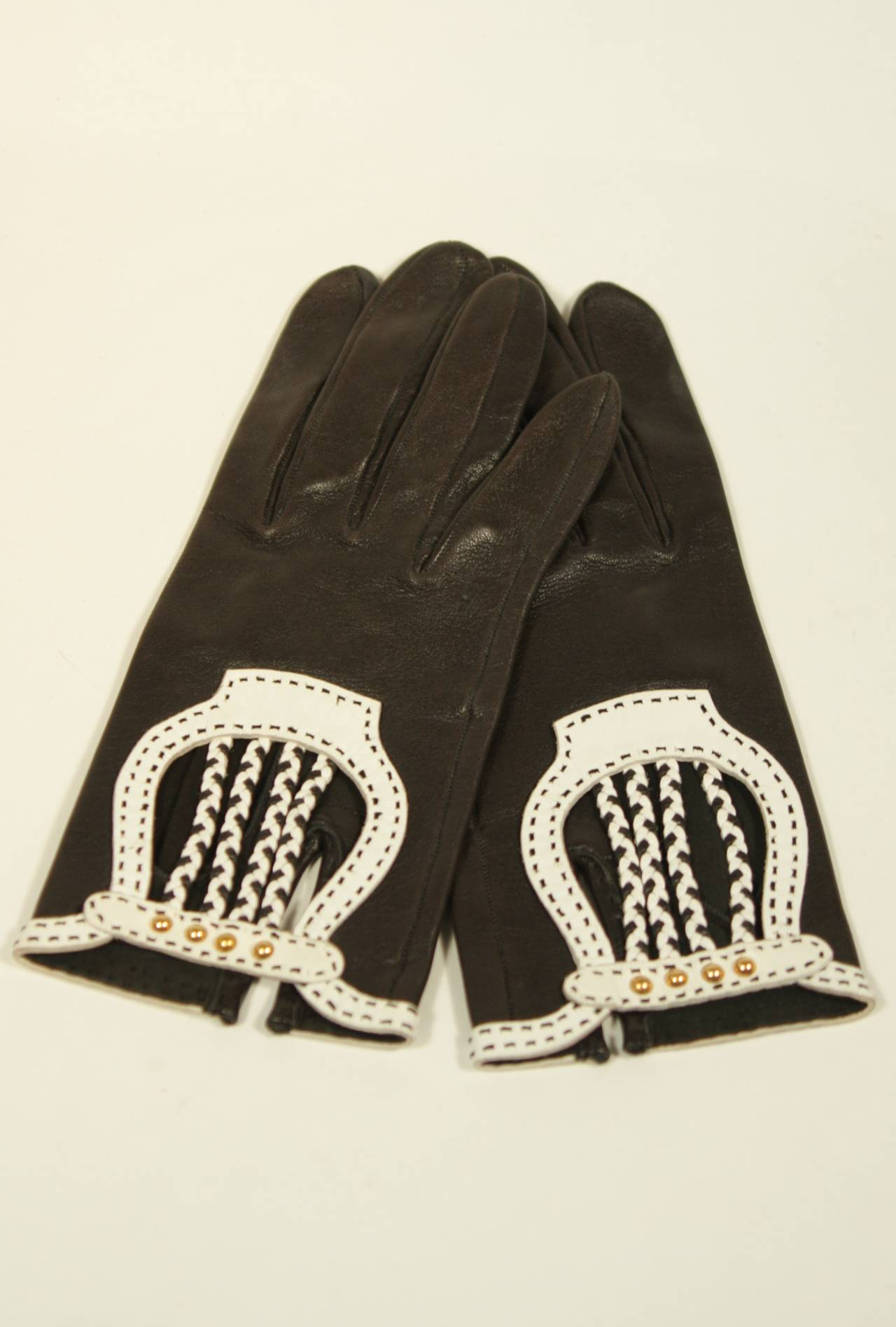 Hermes Black Leather Gloves with White Accents and Braiding Size 6.5 In Excellent Condition For Sale In Los Angeles, CA