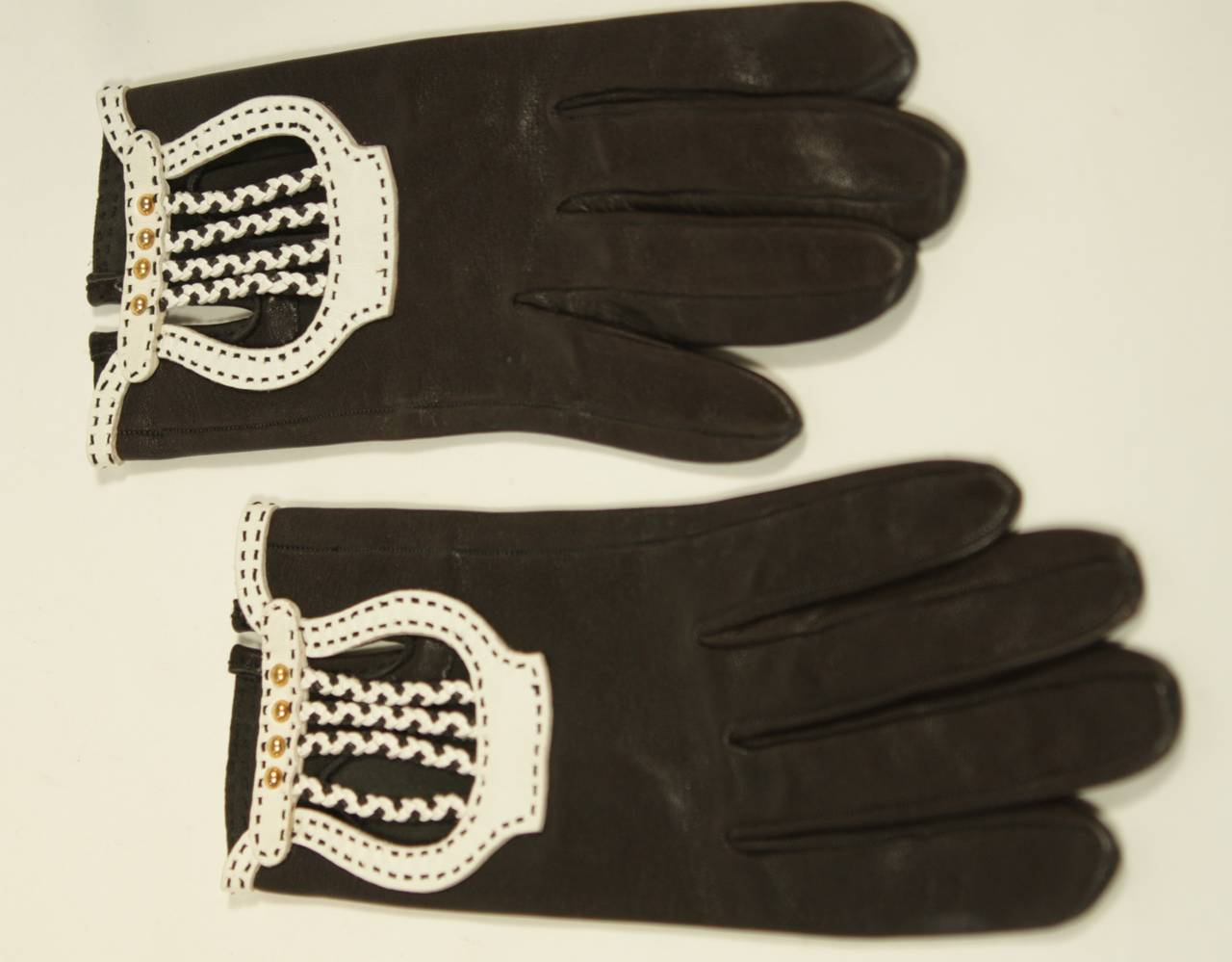 Hermes Black Leather Gloves with White Accents and Braiding Size 6.5 For Sale 1