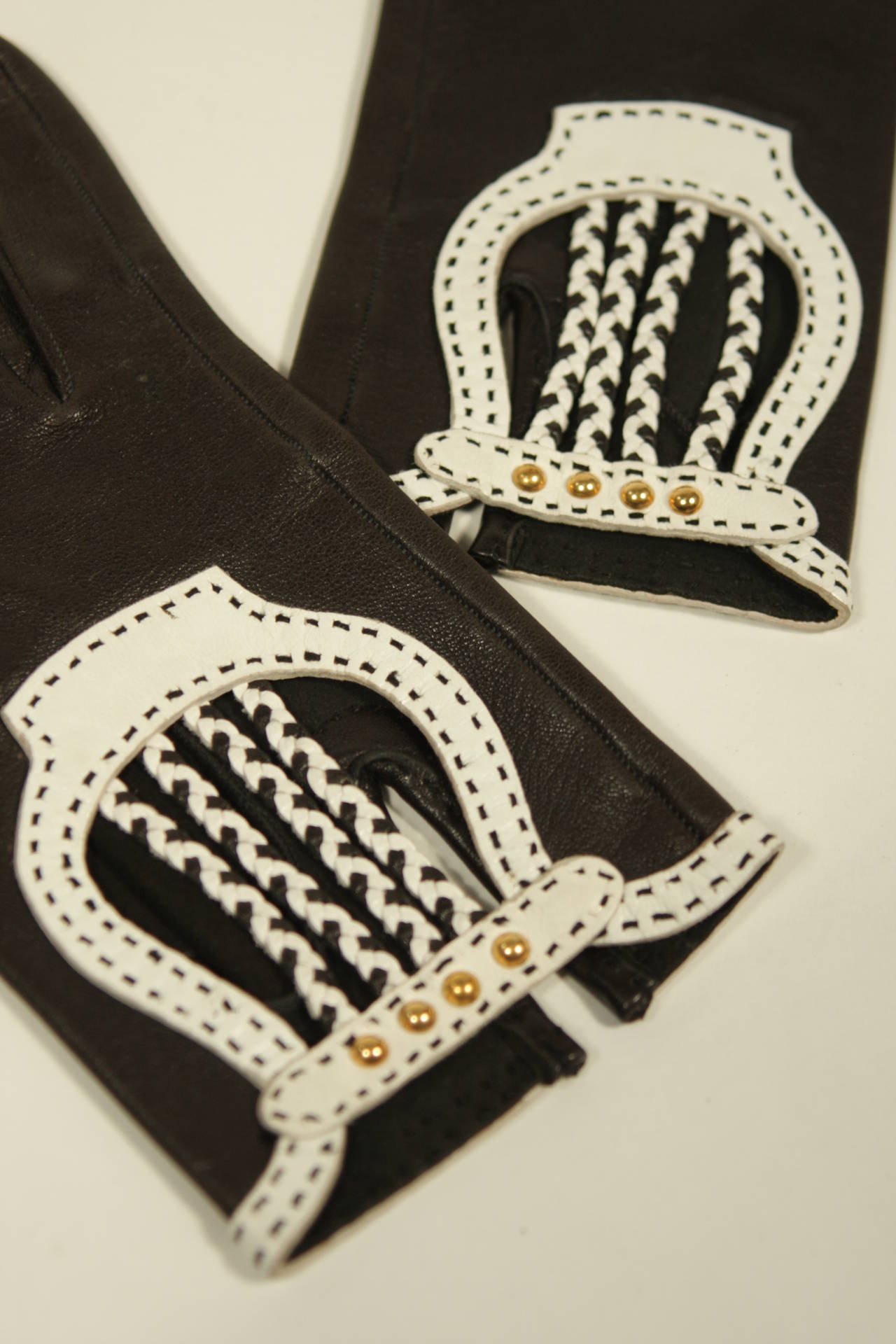Hermes Black Leather Gloves with White Accents and Braiding Size 6.5 For Sale 3