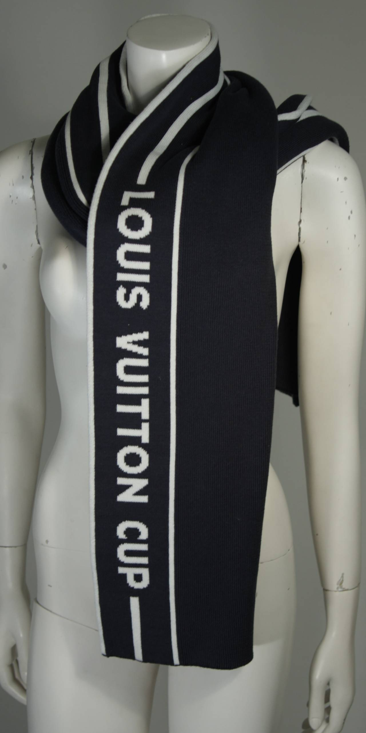 This Louis Vuitton cup scarf is composed of a thick blue cashmere 15% and  85% cotton blend fabric. In excellent condition. Made in Italy. 