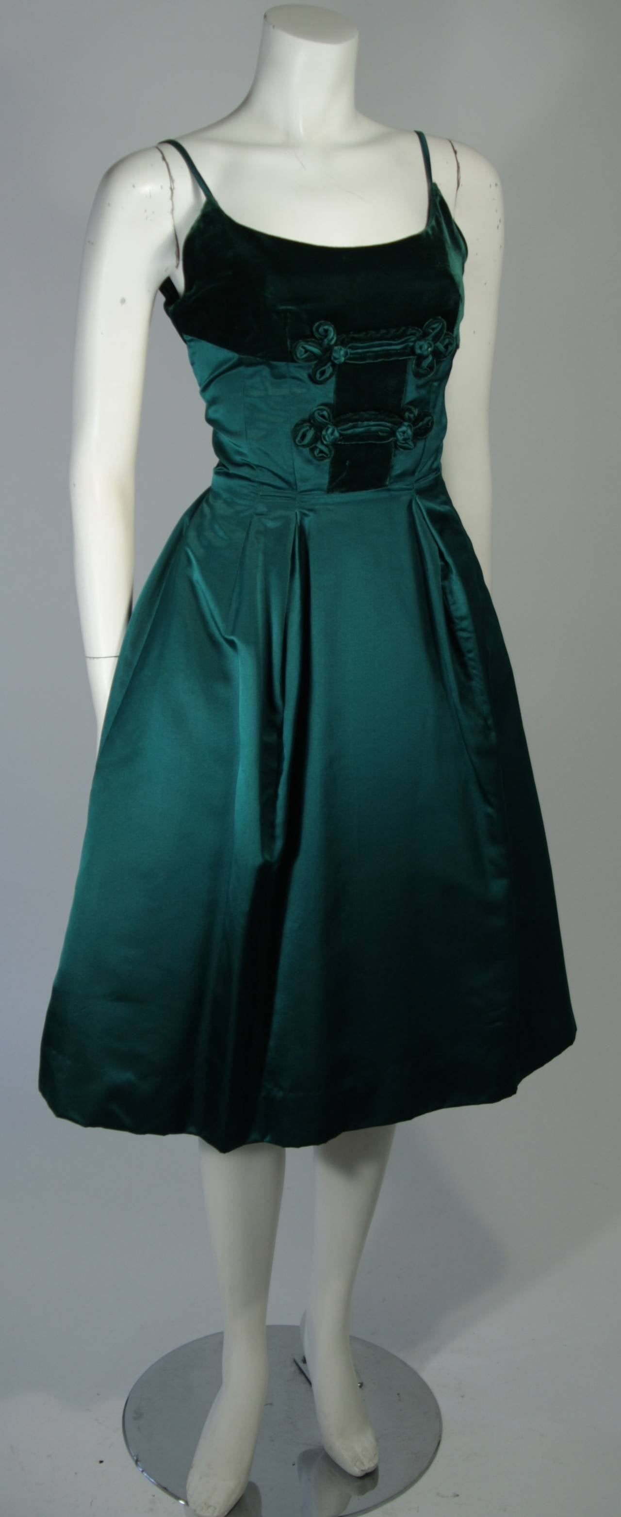 Oleg Cassini Emerald Silk and Velvet Applique Dress Size Small In Excellent Condition For Sale In Los Angeles, CA