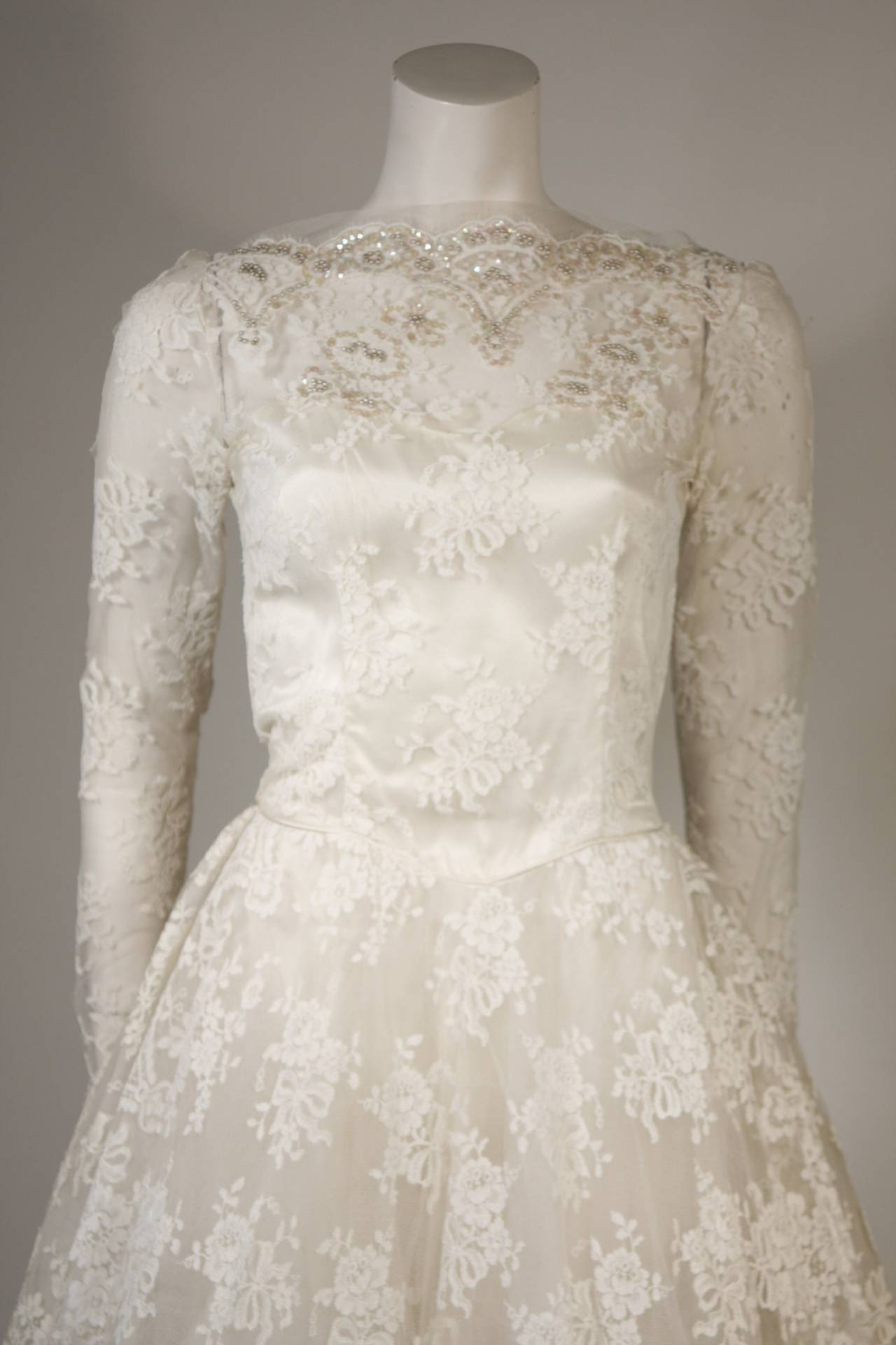 Women's Vintage Lace Wedding Gown with Scalloped Edges and Long Sleeves Size Small For Sale