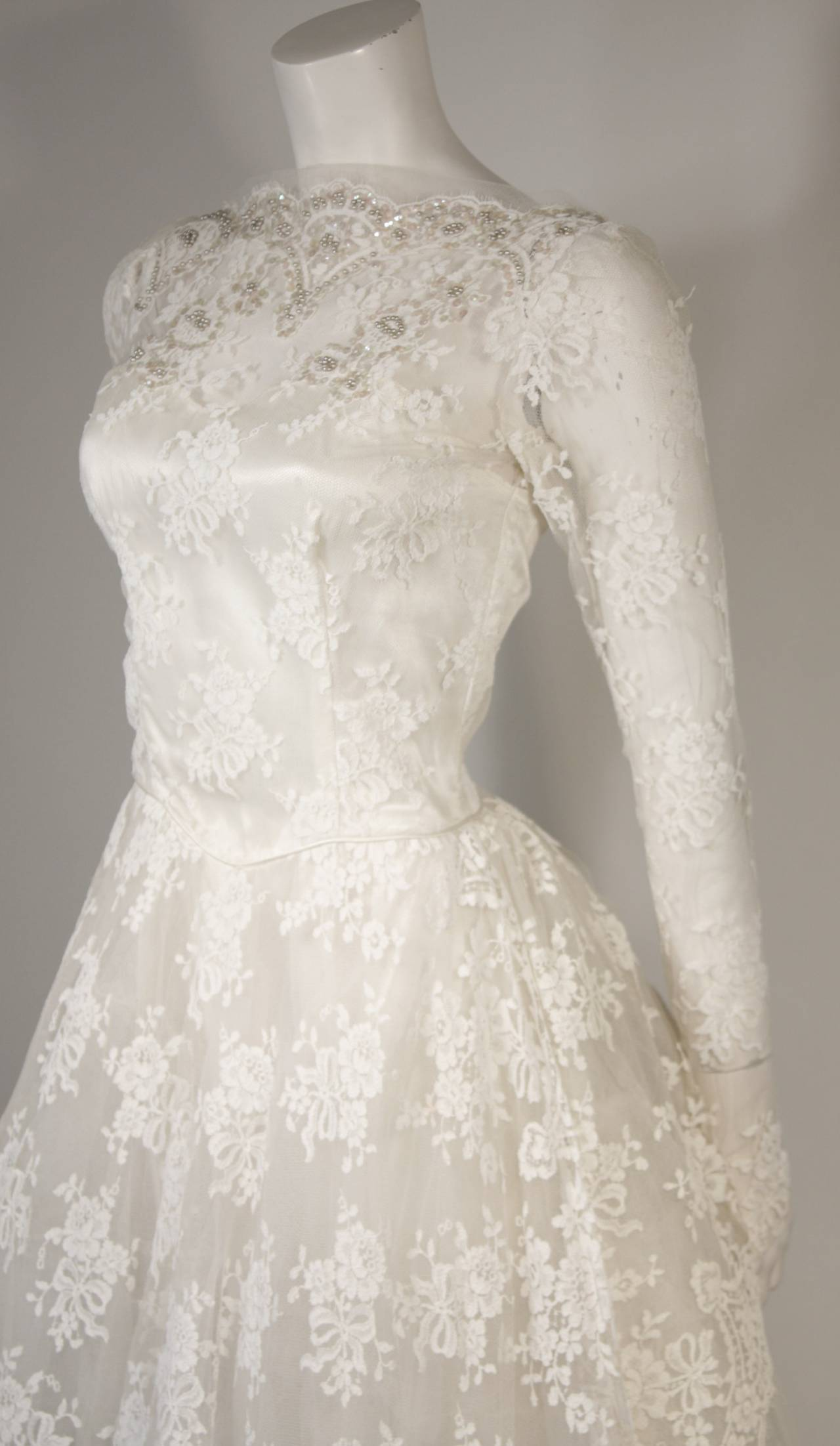 Vintage Lace Wedding Gown with Scalloped Edges and Long Sleeves Size Small In Excellent Condition For Sale In Los Angeles, CA