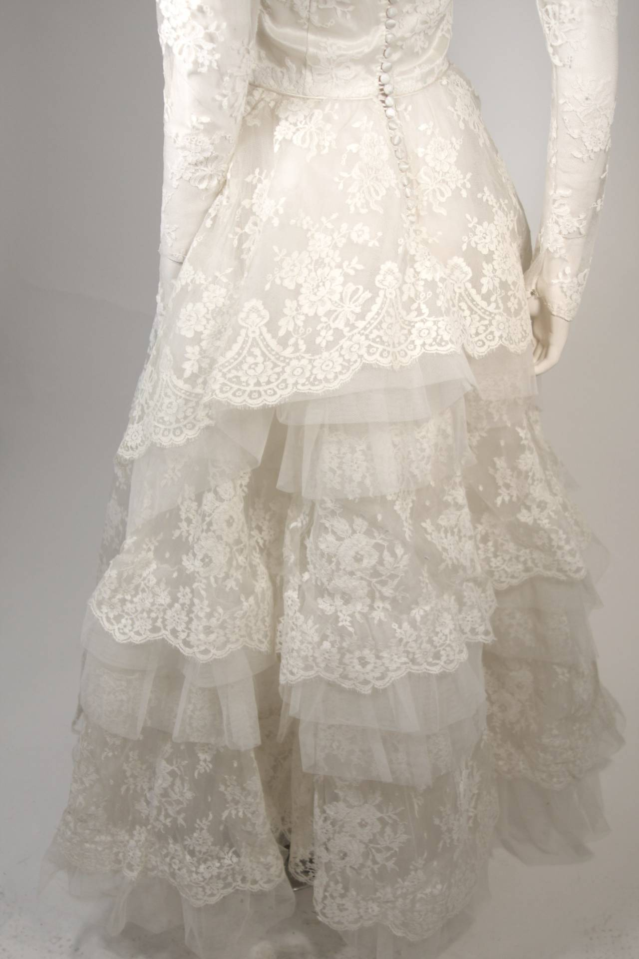 Vintage Lace Wedding Gown with Scalloped Edges and Long Sleeves Size Small For Sale 3