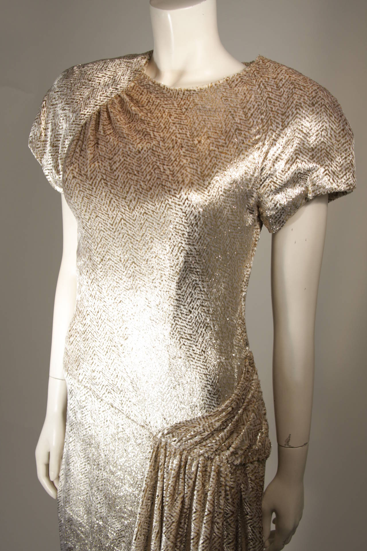 Men's Vicky Tiel Ivory and Gold Velvet Texture Cocktail Dress Size 38 For Sale