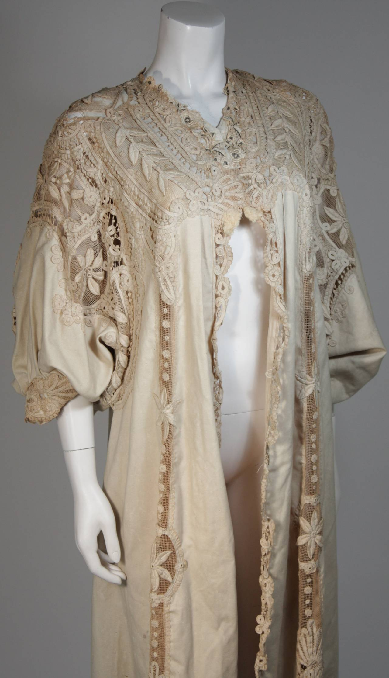 Antique Lace Coat with Bell Sleeve Detail In Excellent Condition For Sale In Los Angeles, CA