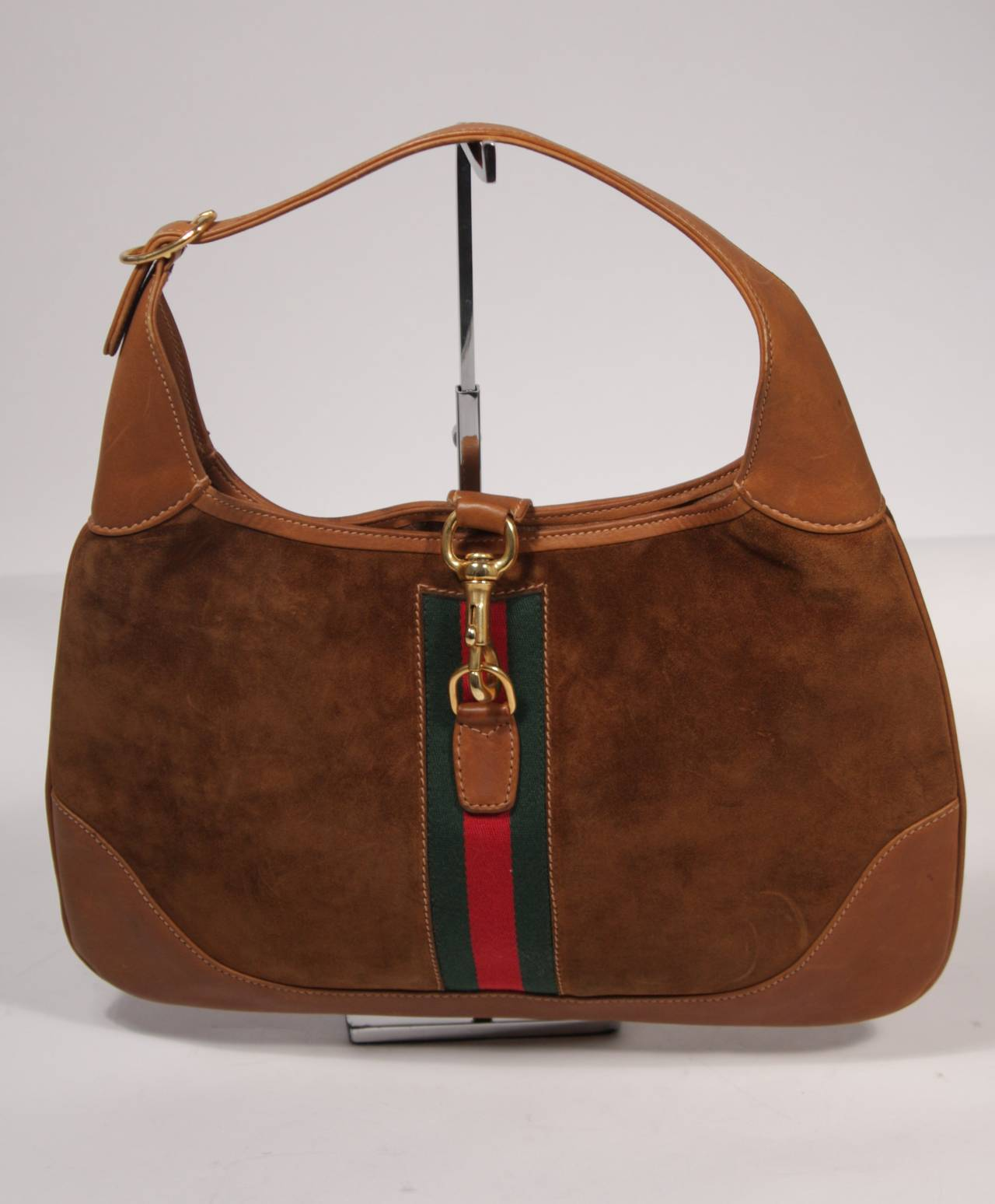 db116dcf5aa This is a Gucci vintage handbag. The hobo style purse is composed of a rich