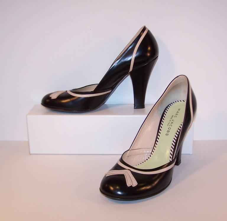 Pin Up Girl Style Marc Jacobs Two Tone Leather Pumps Sz 38 In Good Condition For Sale In Atlanta, GA