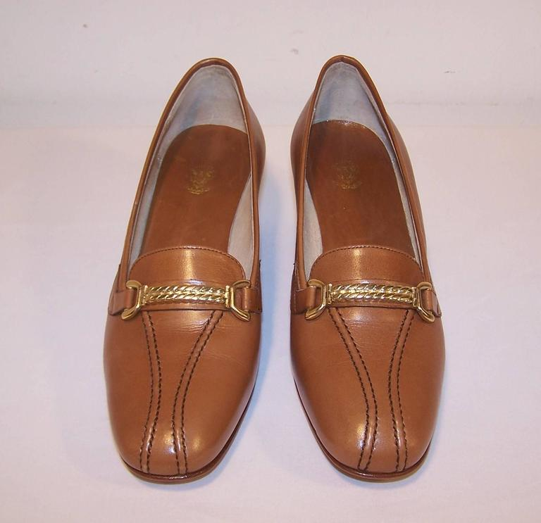 Brown 1970's Classic Gucci Tan Leather Heeled Loafers With Gold Braid Buckles For Sale