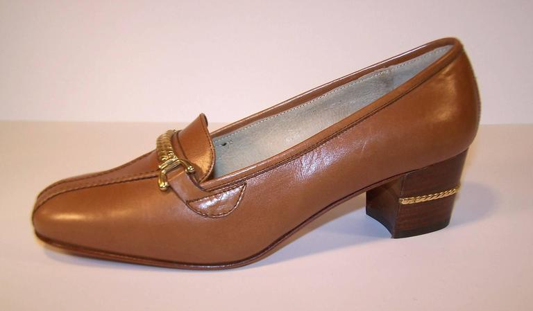 1970's Classic Gucci Tan Leather Heeled Loafers With Gold Braid Buckles For Sale 1