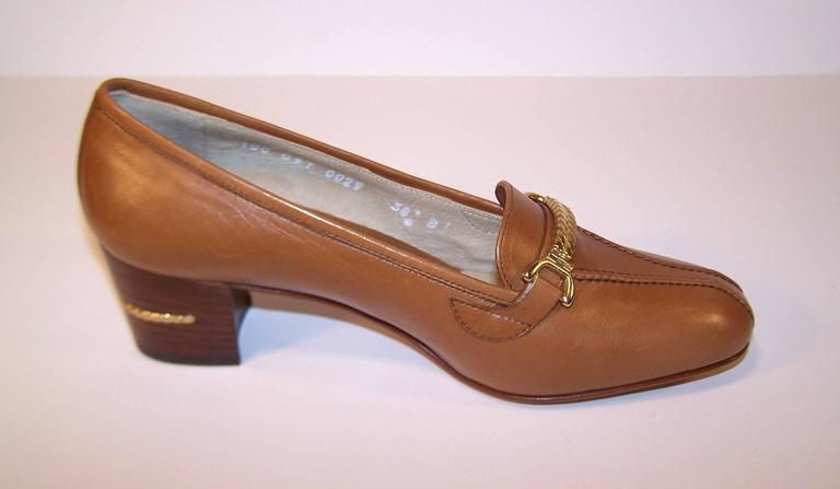 1970's Classic Gucci Tan Leather Heeled Loafers With Gold Braid Buckles For Sale 2