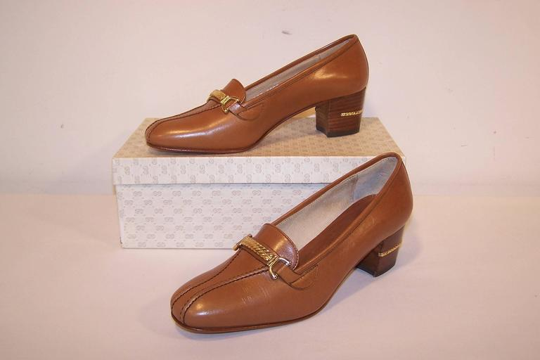 1970's Classic Gucci Tan Leather Heeled Loafers With Gold Braid Buckles For Sale 5
