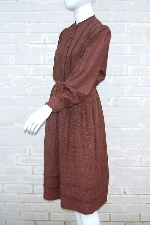 C.1980 Adele Simpson Chocolate Brown Moire Dress With Organza Lining In Excellent Condition For Sale In Atlanta, GA