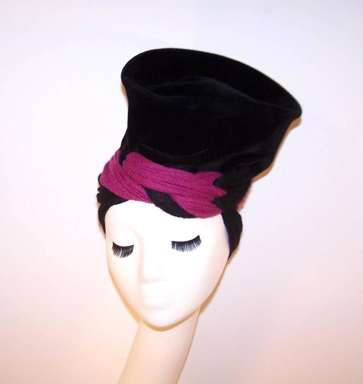 Avant-Garde C.1940 Black Velvet Hat With Fuchsia Wool Snood In Excellent Condition For Sale In Atlanta, GA