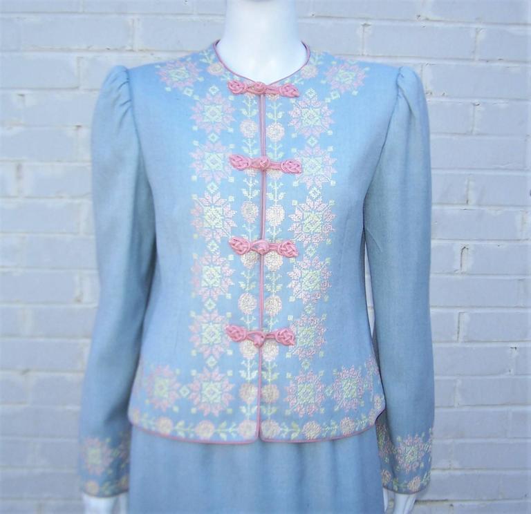 C.1980 Oscar de la Renta Baby Blue Linen Skirt Suit With Pastel Embroidery In Excellent Condition For Sale In Atlanta, GA