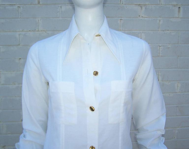 Crisp 1970's Gucci White Linen Shirt With Nautical Enamel Logo Buttons In Excellent Condition For Sale In Atlanta, GA