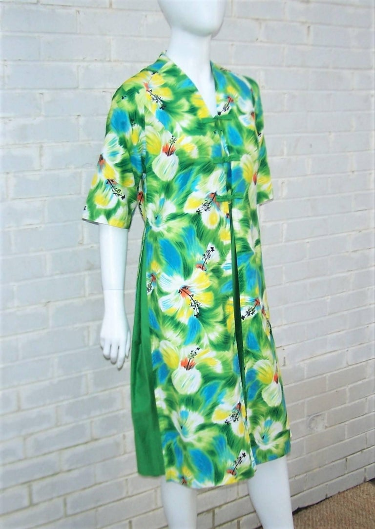 Tropical 1950's Kamehameha Hawaiian Floral Cotton Dress  In Excellent Condition For Sale In Atlanta, GA