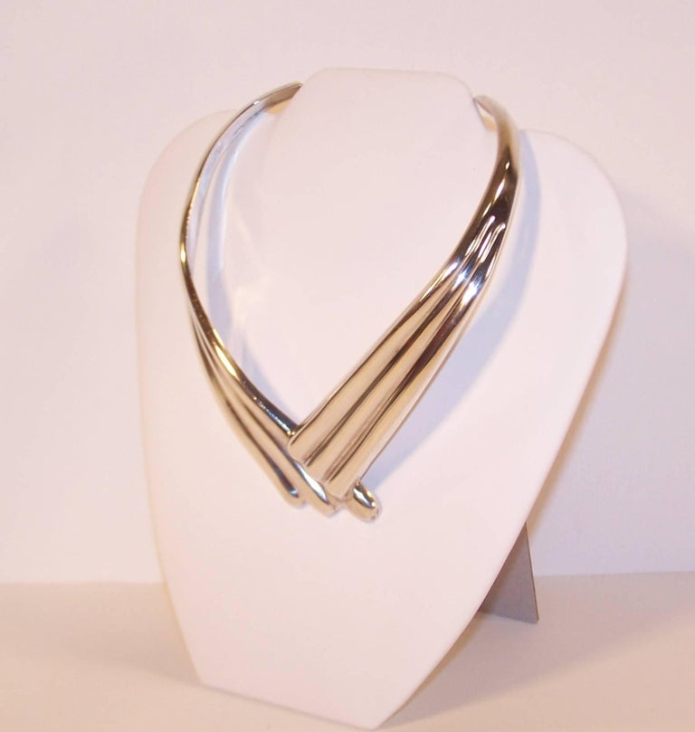 The 1970's vibe is strong with this Dulce Plateros Taxco Mexico sterling silver collar necklace.  Though it is a 1980's design, the puffed silver swoops are reminiscent of comet trails and conjure up images of Ziggy Stardust and Studio 54 fashions.