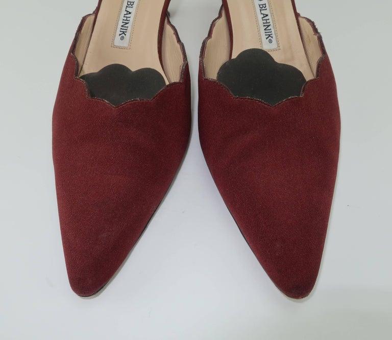 Manolo Blahnik Burgundy Mule Shoes With Gold Metal Kitten Heels Sz 37 In Good Condition For Sale In Atlanta, GA