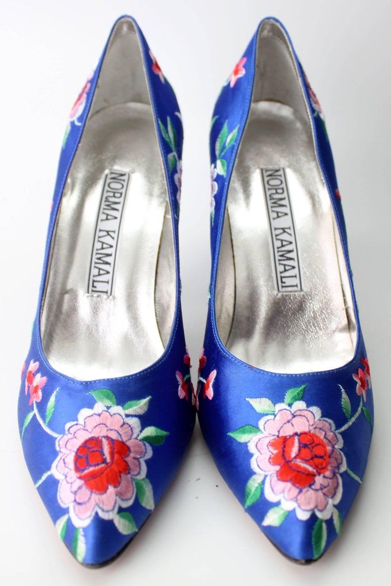 Norma Kamali Vintage Blue Satin Embroidered Floral Pumps In New never worn Condition For Sale In New York, NY