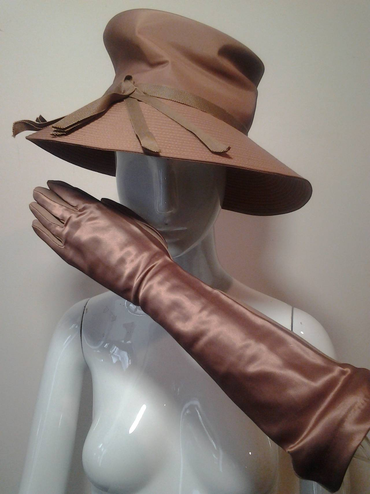1960s Gene Doris Cappuccino Acetate Hat and Matching Satin/Jersey Gloves In Excellent Condition For Sale In San Francisco, CA