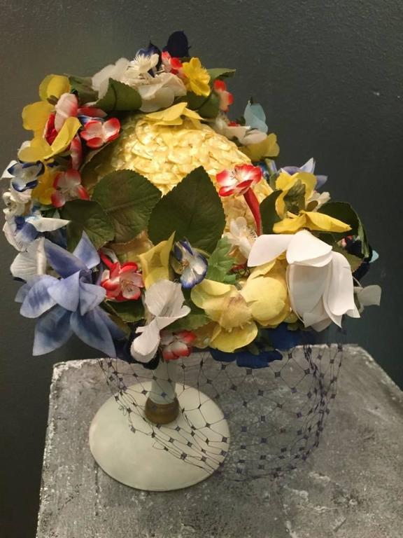 1950s Chanda Pale Yellow Straw Hat Trimmed in Beautiful Multicolor Flowers In Excellent Condition For Sale In San Francisco, CA