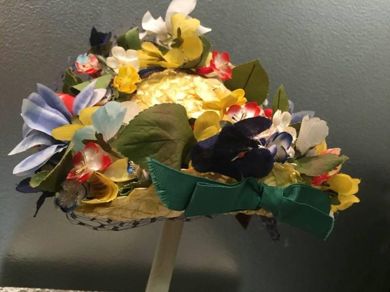 1950s Chanda Pale Yellow Straw Hat Trimmed in Beautiful Multicolor Flowers For Sale 1