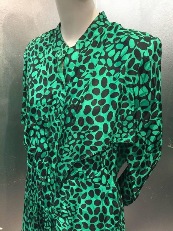 Women's 1980s Emerald and Black Elipse Print Tiered Button-Down Dress  For Sale
