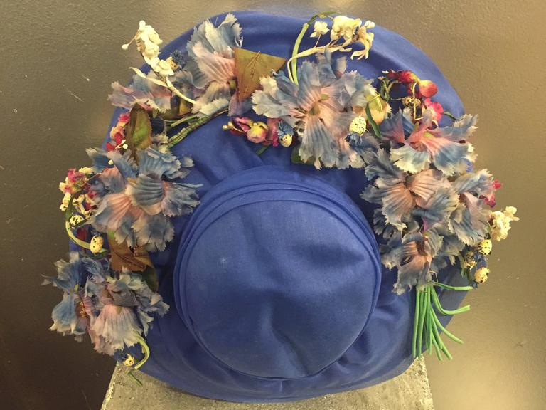1940's Periwinkle Netted Straw Sun Hat w/ Wildflower Bouquets  In Good Condition For Sale In San Francisco, CA