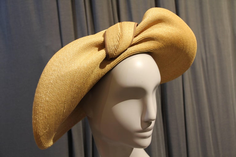 1940s Gene Doris Sculpted Brim Straw Hat w Brown Ribbon Band In Excellent Condition For Sale In San Francisco, CA