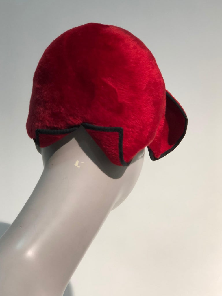 1950s John Frederics Cardinal Red Fur Felt Cloche Hat W/ Black Trim  For Sale 2