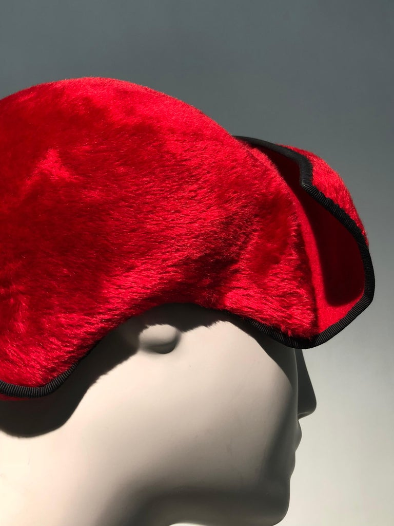 1950s John Frederics Cardinal Red Fur Felt Cloche Hat W/ Black Trim  In Excellent Condition For Sale In San Francisco, CA