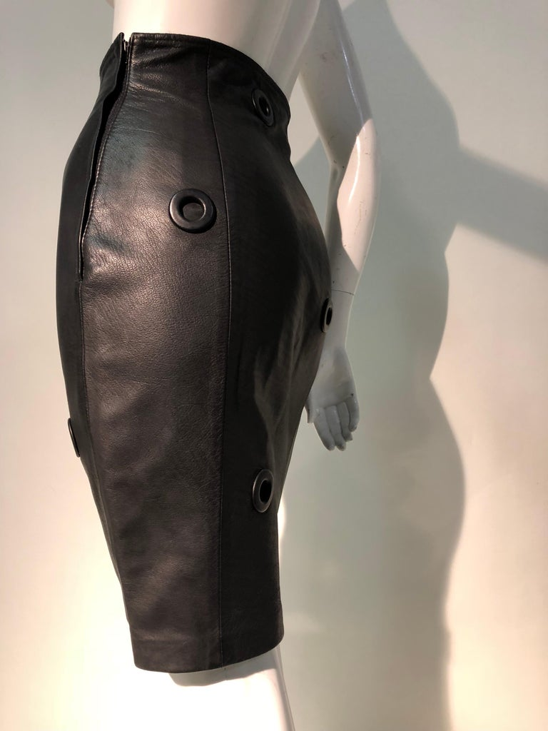 1980er Jahre Gianfranco Ferré hoher Bund schwarzes Leder Minirock W / großen Ösen 2