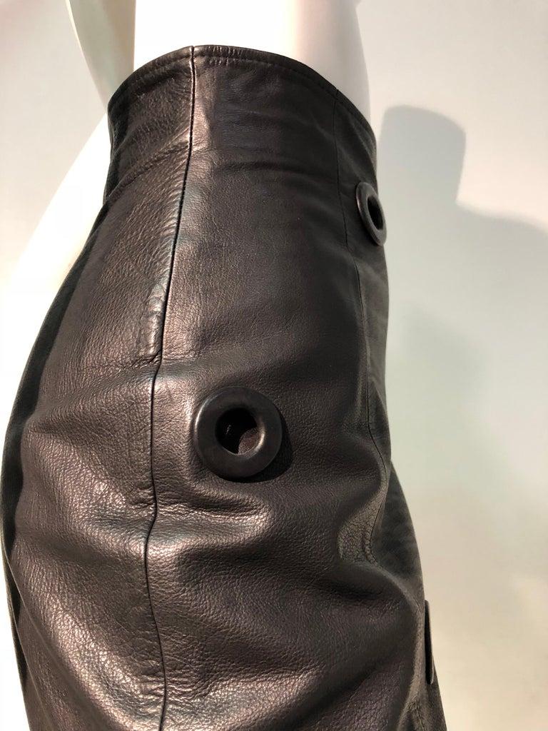 1980er Jahre Gianfranco Ferré hoher Bund schwarzes Leder Minirock W / großen Ösen 5