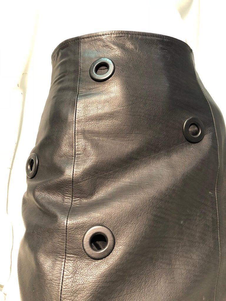 1980er Jahre Gianfranco Ferré hoher Bund schwarzes Leder Minirock W / großen Ösen 7